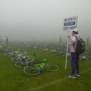 待機場所に自転車を置くが、霧が凄くて見つけ辛い